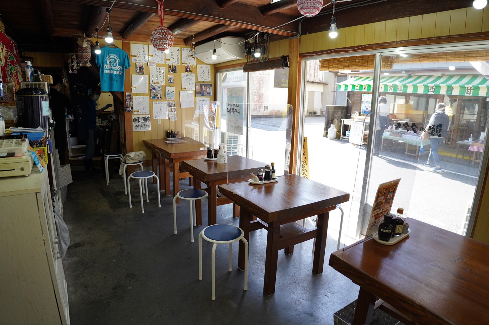 山本鮮魚店食堂内観