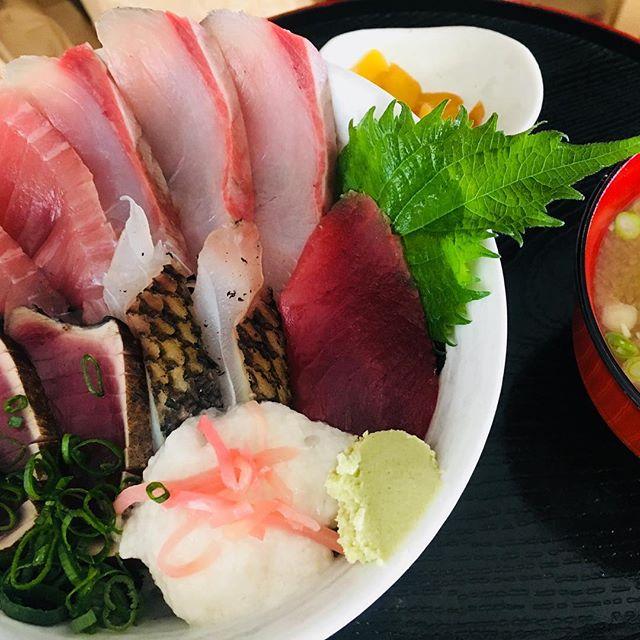 寒波やら強風の影響でとにかく魚がない!!そんな中、なんとか鮮魚を集めて作る #海鮮丼 。今日もお客様から「やっと食べに来れました。美味しすぎる!」と嬉しいお言葉が♡お値段変わらず税込950円なり〜#大正市場  #大正町市場  #中土佐町 #久礼 #山本鮮魚店  #高知 #中土佐町ランチ