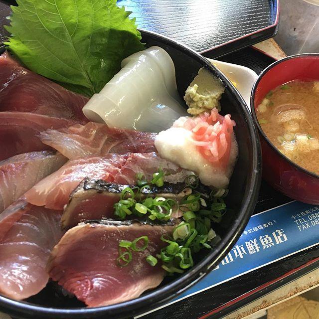 暑い夏は、#山本鮮魚店  の#海鮮丼 には、地物タコやイカが登場します!これが美味しいのなんの!お値段変わらず950円なり〜#大正町市場 #山本鮮魚店 #中土佐町 #大正市場 #かつお #たたき